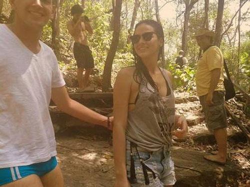 Bruna Marquezine é flagrada de biquíni em banho de cachoeira