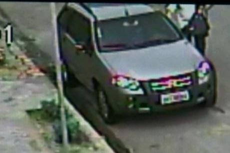 Câmera flagra vítima de assalto ajudando ladrão a roubar o próprio carro