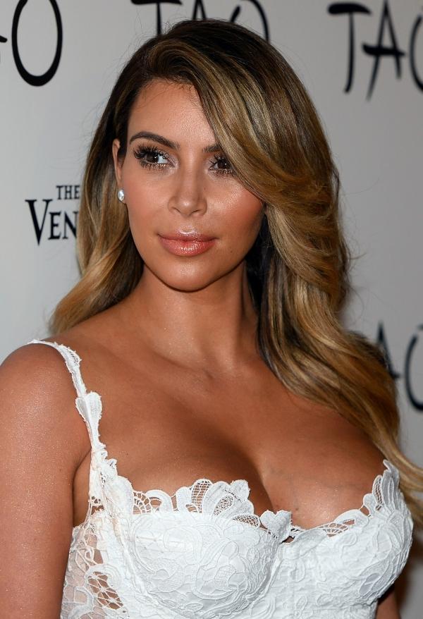 Com vestido bem decotado, Kim Kardashian comemora aniversário