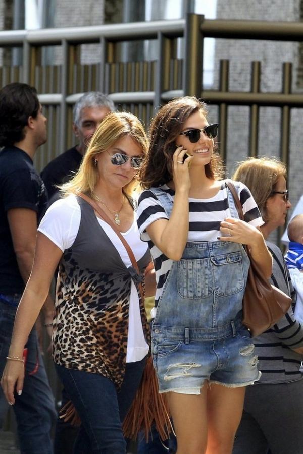 De macac縊 curto, Isis Valverde caminha sorridente no Rio