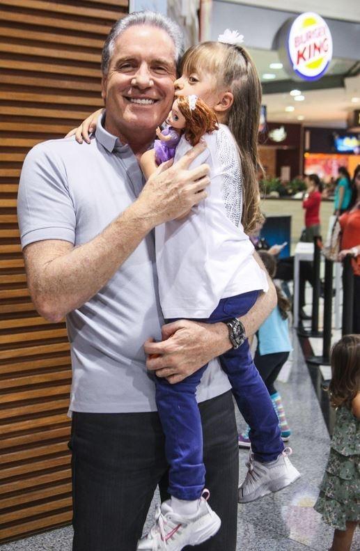 Mini fashionista, Rafa Justus tem tarde de teatro na companhia do pai