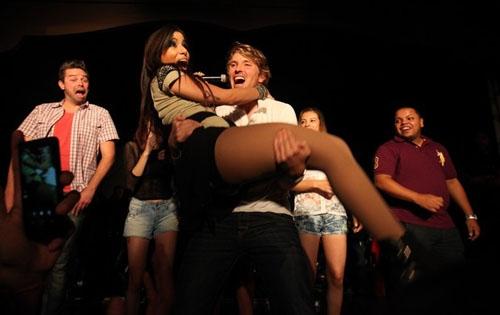 Poderoso! Fã atiradinho pega Anitta no colo durante um show em São Paulo