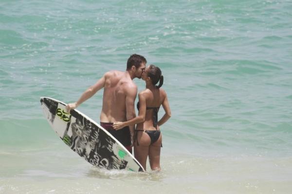 Fernanda de Freitas mostra o corpaço e namora muito em praia do RJ; veja fotos