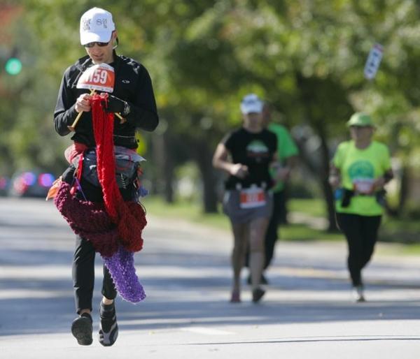 Foto mostra americano tricotando cachecol de 3,6 m ao correr maratona
