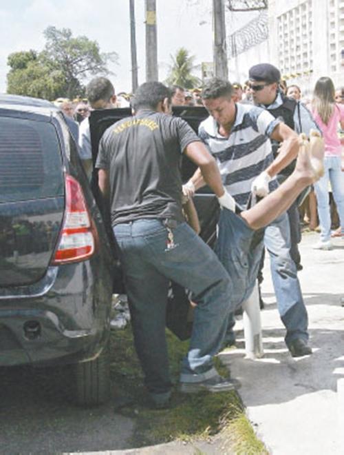 Homem é encontrado morto dentro de carro roubado; suspeita de execução