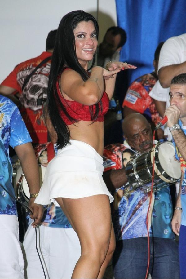 Sem calcinha? Dani Sperle mostra demais em escola de samba
