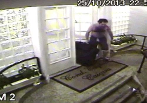 Vídeo mostra filho carregando mala com o corpo da mãe em Santos, SP