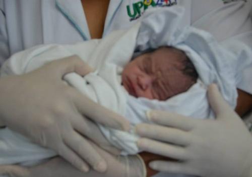 Bebê que nasceu sem mãe saber que estava grávida está na UTI