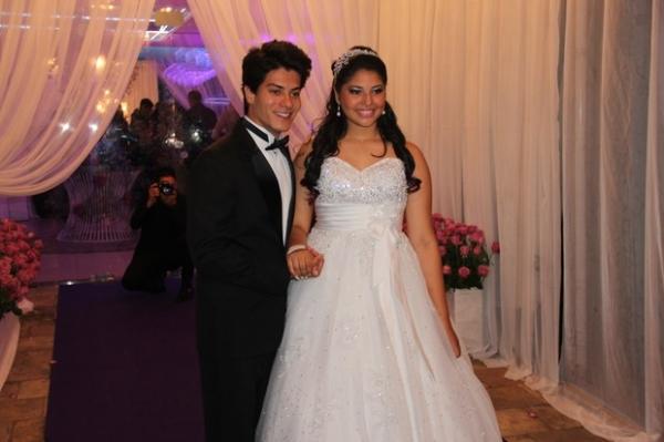 Após fim de namoro, Arthur Aguiar vira príncipe em festa de 15 anos
