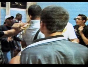 Clima tenso na chegada do Vasco: torcida cobra, Renato Silva leva ovada