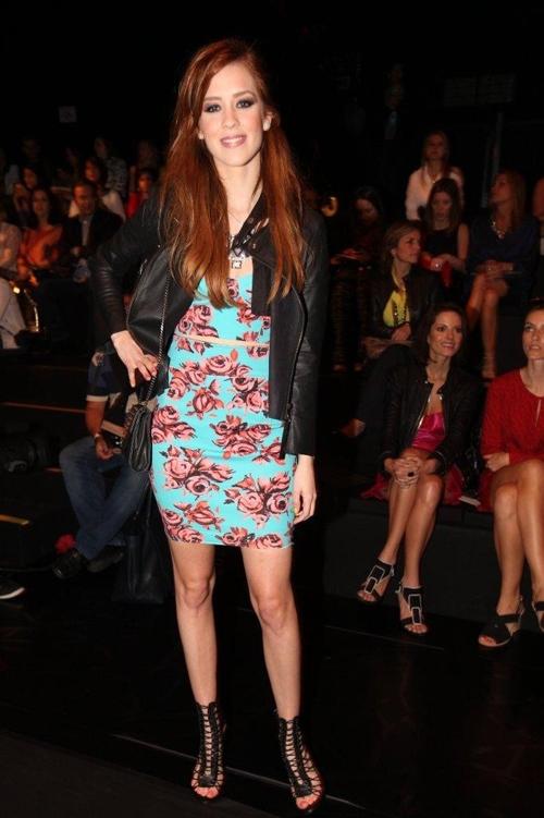 Com pernas de fora, Sophia Abrahão prestigia evento da semana da moda
