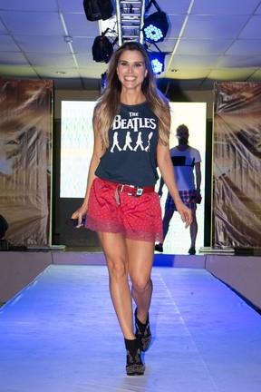 Ex-BBB Flávia Viana desfila de biquíni e exibe corpão