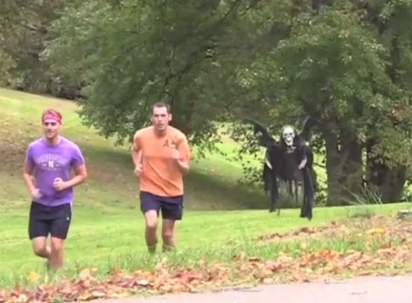 Hilário!Esqueleto voador aterroriza pessoas em pegadinha nos EUA