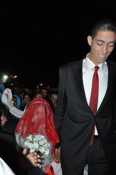 Homem mais alto do mundo se casa com mulher 77cm mais baixa