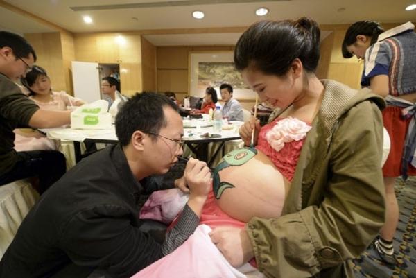Mais de 30 grávidas exibem pinturas nas barrigas em competição na China