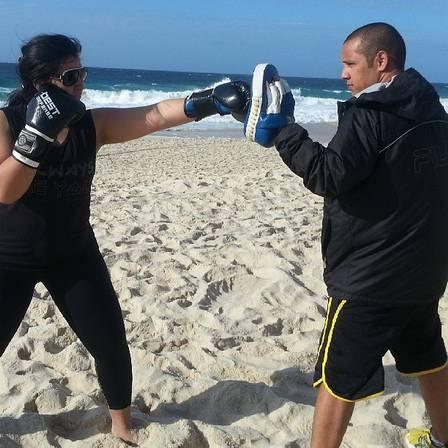 Priscila Pires começa cedo a malhação, com Muay Thai na praia