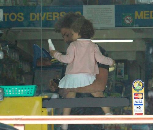Sem usar aliança, Cauã Reymond leva sua filha, Sophia, a farmacia