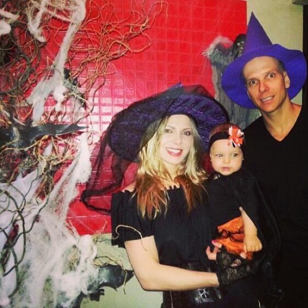 Sheila Mello e Fernando Scherer levam a filha a festa de Halloween