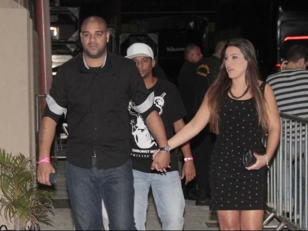 Adriano chega de mãos dadas com a nova namorada no show de Belo