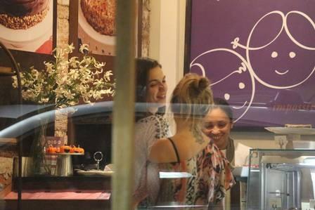 Envolvida na polêmica Cauã-Grazi, Isis Valverde reaparece animada em saída com amiga; fotos