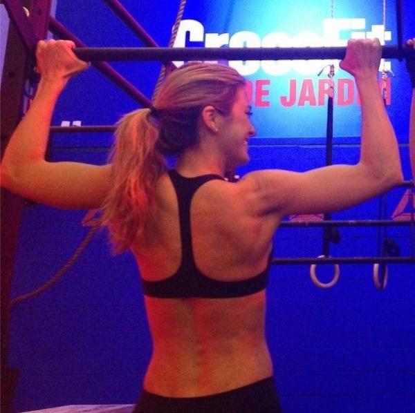 Ticiane Pinheiro mostra costas musculosas: