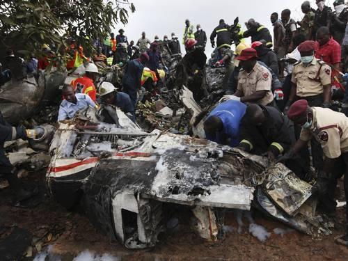 Avião com 27 pessoas a bordo cai e deixa 15 mortos na Nigéria
