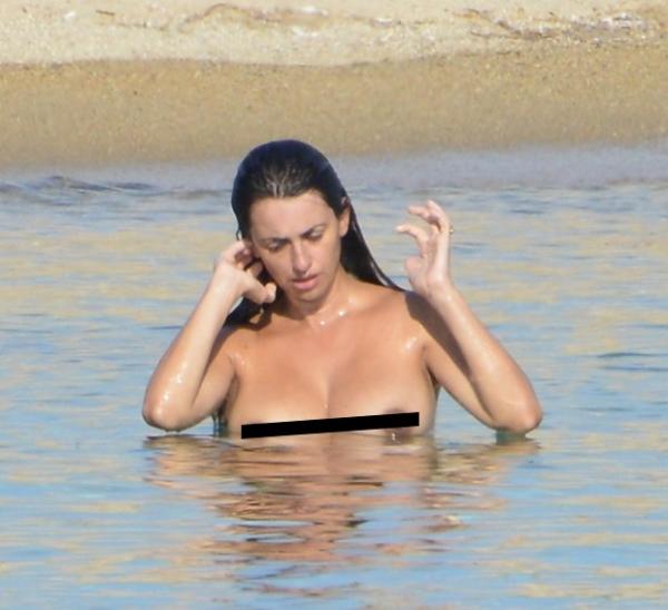 Dois meses depois de ter bebê Penélope Cruz faz topless para tomar sol