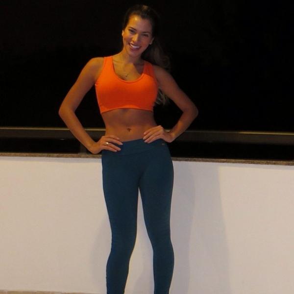 Ex-BBB Adriana ensina truque para disfarçar imperfeições no corpo