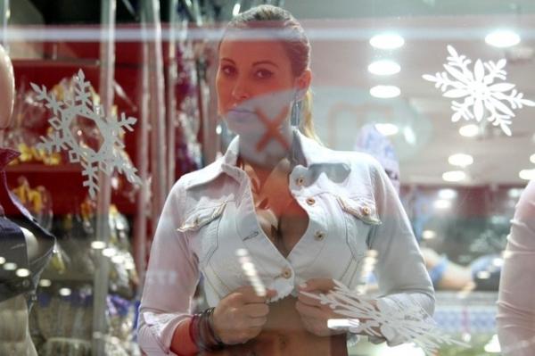 Não cansa de causar: Andressa Urach faz topless em vitrine de loja de SP