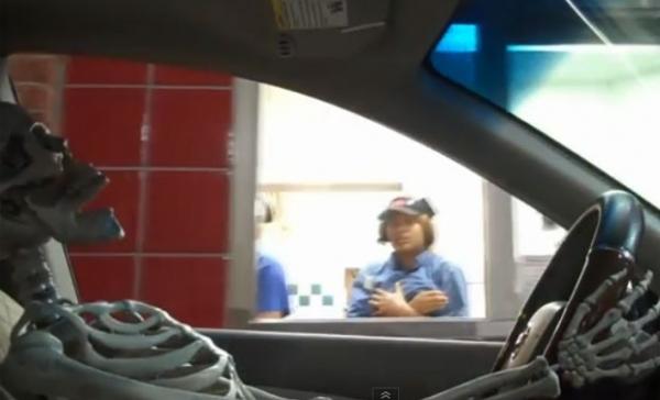 Pegadinha com esqueleto apavora funcionários de restaurantes fast-food