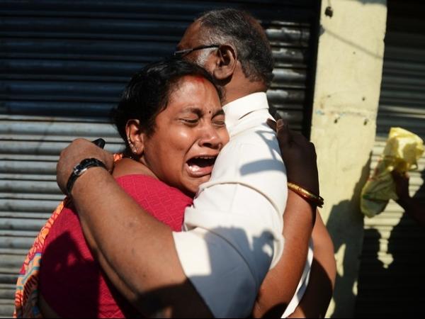 Ônibus pega fogo e mata dezenas carbonizados em acidente na Índia