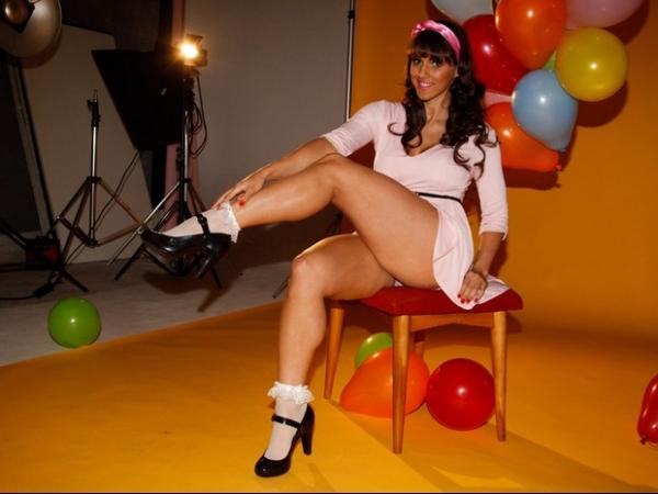 Carol Dias exibe as pernas e muito mais em ensaio de moda
