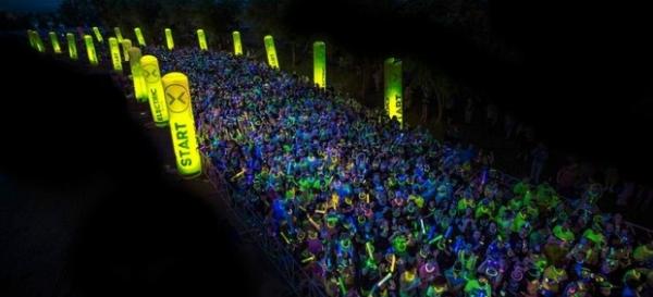 Corrida no escuro tem festa, música eletrônica e os atletas iluminados