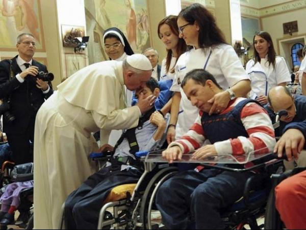 Em Assis, cidade do santo que inspirou seu nome, Papa fala em