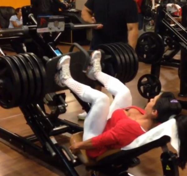 Gracyanne Barbosa exagera nos pesos em treino na academia