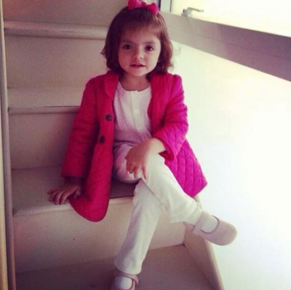 Kaká posta foto da filha fazendo pose e paparica: