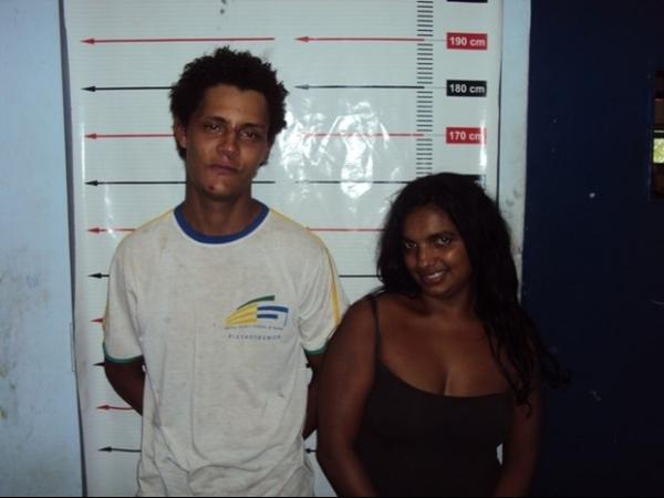 Mulher faz pose e sorri para foto ao ser presa no Tocantins
