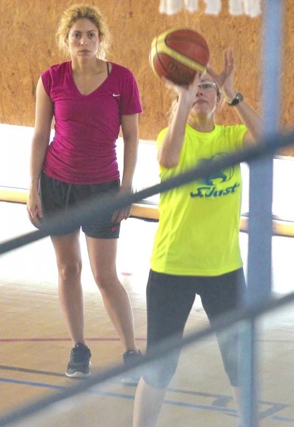Shakira aparece sem maquiagem durante jogo de basquete com amiga