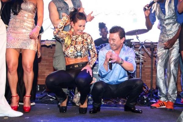 Fani e Scheila Carvalho se acabam de dançar em festa