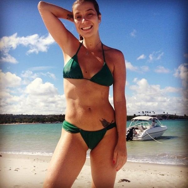 Luiza Possi exibe abdômen sarado em foto de biquíni: