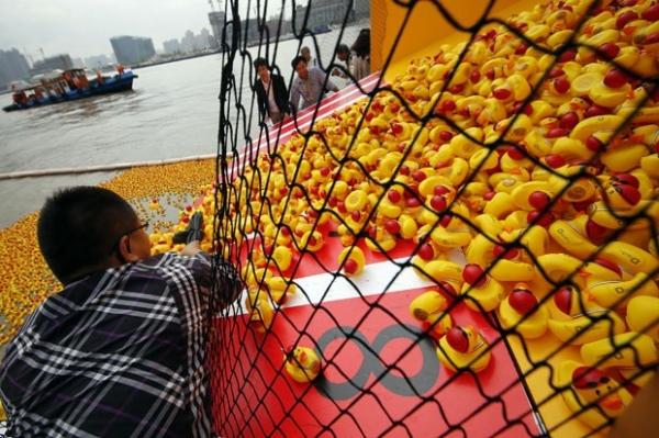 Patos de borracha invadem rio na China