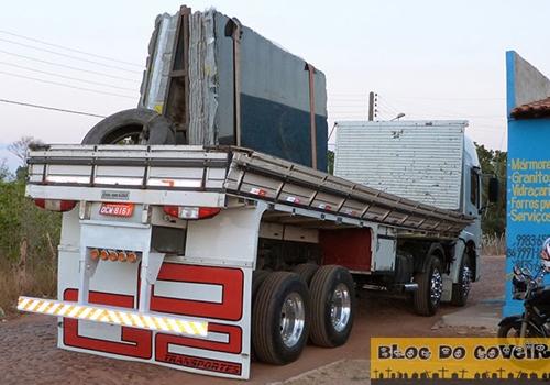 Pedras de mármore cai de caminhão; prejuízo: R$ 20 mil
