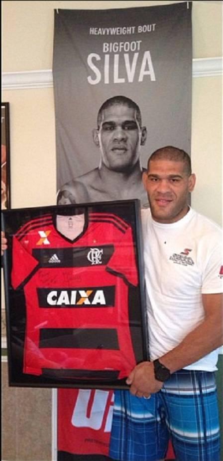 Pezão ganha ?baby look? do Flamengo dada por Leo Moura e sonha ver jogo no Maracanã
