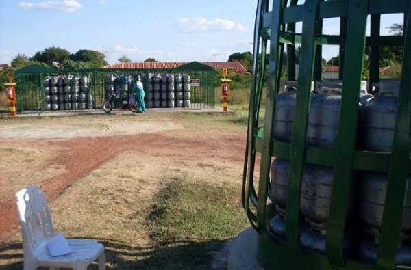 Bandidos fazem gerente de deposito de gás refém e levam mais de oito mil