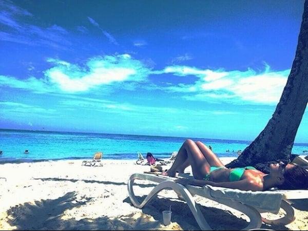 De biquíni, Paloma Bernardi pega sol em praia de Punta Cana e posta foto