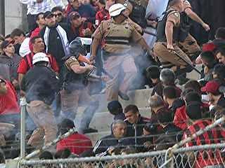 Atletiba tem briga, 11 detidos e líder de torcida preso com arma, após jogo