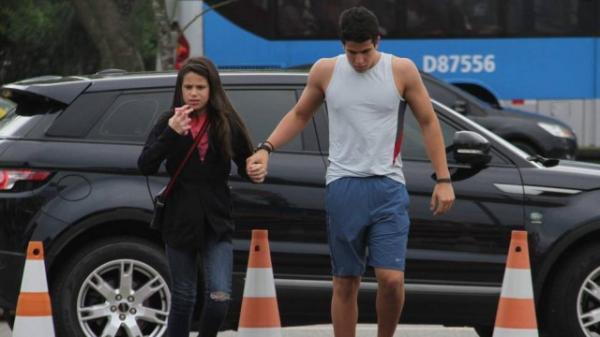 Enzo Celulari leva irmã ao circo, exibe músculos e até abre a porta do carro