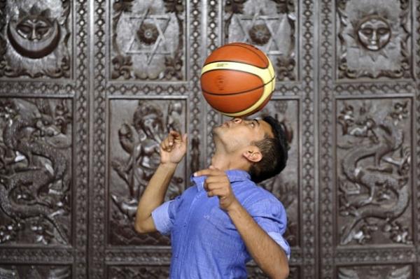 Por recorde, nepalês gira bola de basquete no nariz por sete segundos