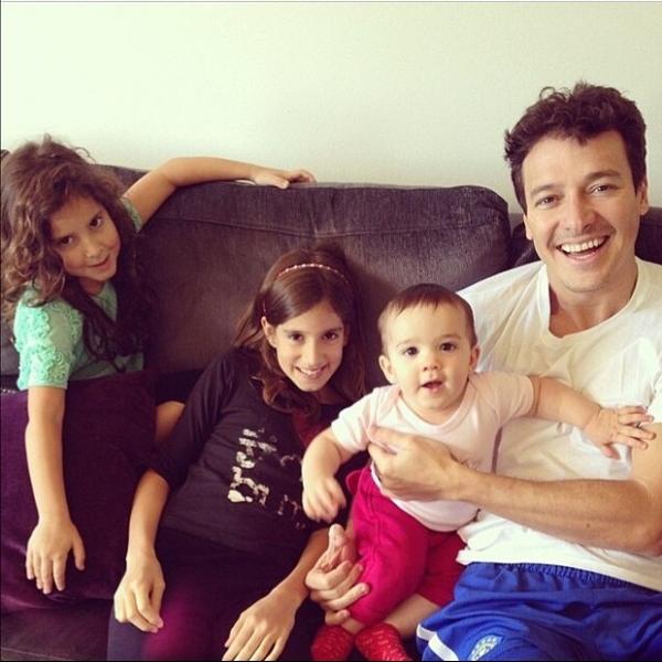 Rodrigo Faro posa com as filhas e se derrete: