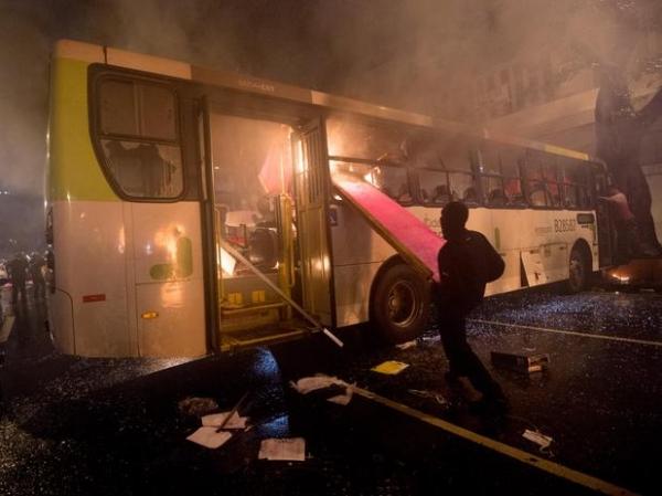 Após ato pacífico de professores por melhorias na educação, grupo tenta incendiar Câmara do Rio